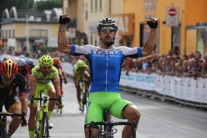 L'azzurro Sonny Colbrelli vince il GP di Prato proprio con la nuova maglia azzurra Castelli