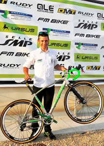 Enrico Franzoi con la bici in occasione della presentazione della squadra di ciclocross Selle SMP